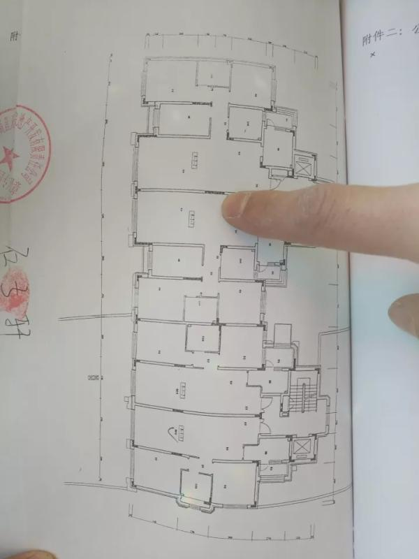万科、招商、中建三局陷质量门 承重墙用手抠下水泥
