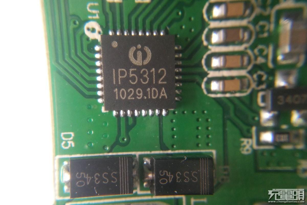 主控芯片IP5312,来自英集芯,全集成的芯片大大减少了周围元件的数量,让移动电源变得更实惠更流行。IP5312是一款集成QC2.0/3.0输出快充协议(兼容DCP识别功能,兼容BC1.2、苹果和三星手机)、同步升压转换器、锂电池充电管理、电池电量指示等多功能的电源管理SOC,为移动电源提供完整的电源解决方案。高集成度与丰富功能,只需一个电感实现降压与升压功能,使其在应用时仅需极少的外围器件,并有效减小整体方案的尺寸,降低BOM成本。同步开关升压系统可支持QC2.