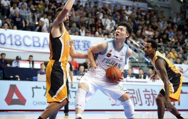 王哲林缺阵福建双塔爆发,一人砍12篮板、一人送4封盖