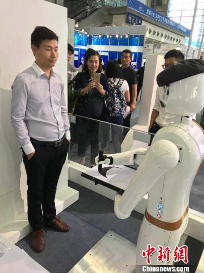 """会""""速写""""的机器人""""画师"""" 蔡敏婕 摄"""