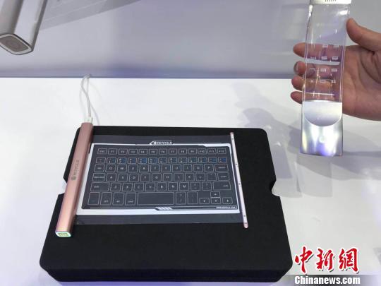 可收缩至钢笔大小的新型柔性智能键盘和透明的柔性智能电话 蔡敏婕 摄