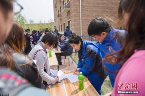资料图:2017年4月11日,北京,申请人在燕保・马泉营家园公租房项目现场排队办理公租房登记手续。图片来源:视觉中国