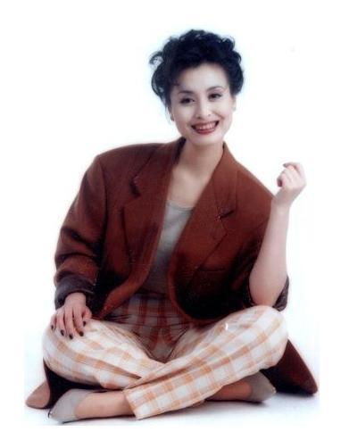YY头条:58岁黄宏近照显憔悴 25岁女儿美艳惊人