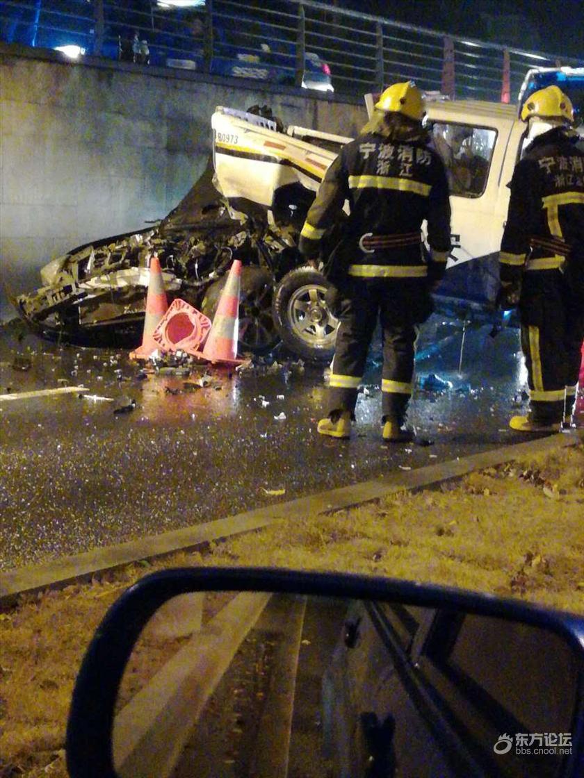 愤怒!看到警察设卡查酒驾 宁波司机直接撞了过去
