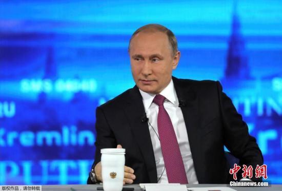 """当地时间6月15日12时(北京时间17时),俄罗斯总统普京开始与俄民众进行""""直播连线"""",对民众关心的社会、民生、内政、外交等问题作答。俄罗斯各大媒体正对这一节目进行直播。"""