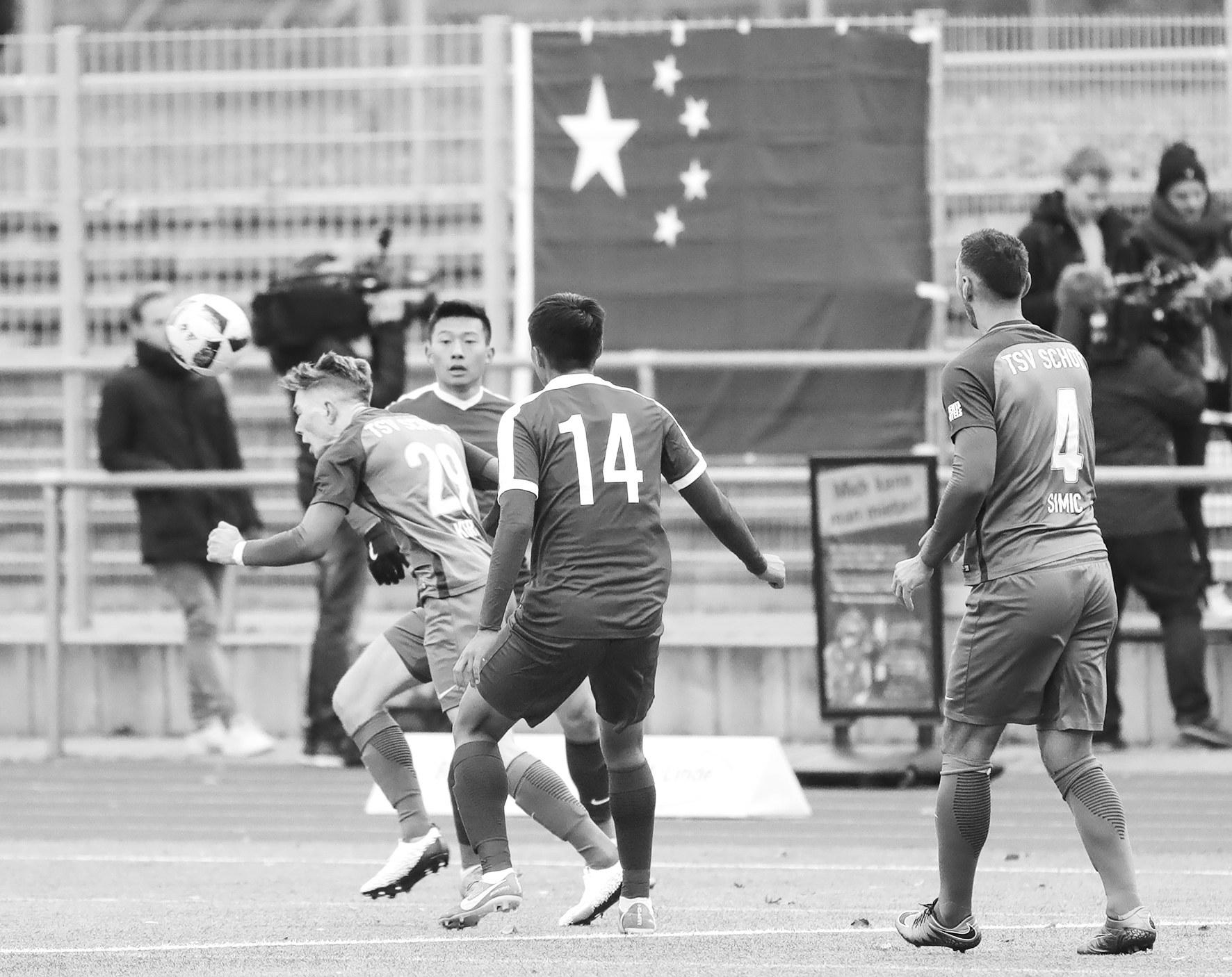 """中国U20德国比赛被""""藏独""""旗挑衅 球员退场抗议"""