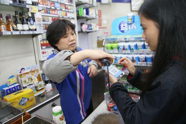 港媒:内地商贩争先恐后用手机支付 不再担心被抢劫