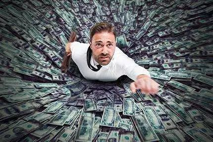 《国际金融报》记者调研发现,赚钱的基金多数持仓类似,踏准蓝筹行情。但是亏损的基金可谓是各有不幸。其中,有些产品是受累于标的指数;有些却实实在在连踩数颗雷,产品设立时的短视、后期管理人的投研功力不足、风控体系不够完备,导致在大好行情中也难获得正收益。