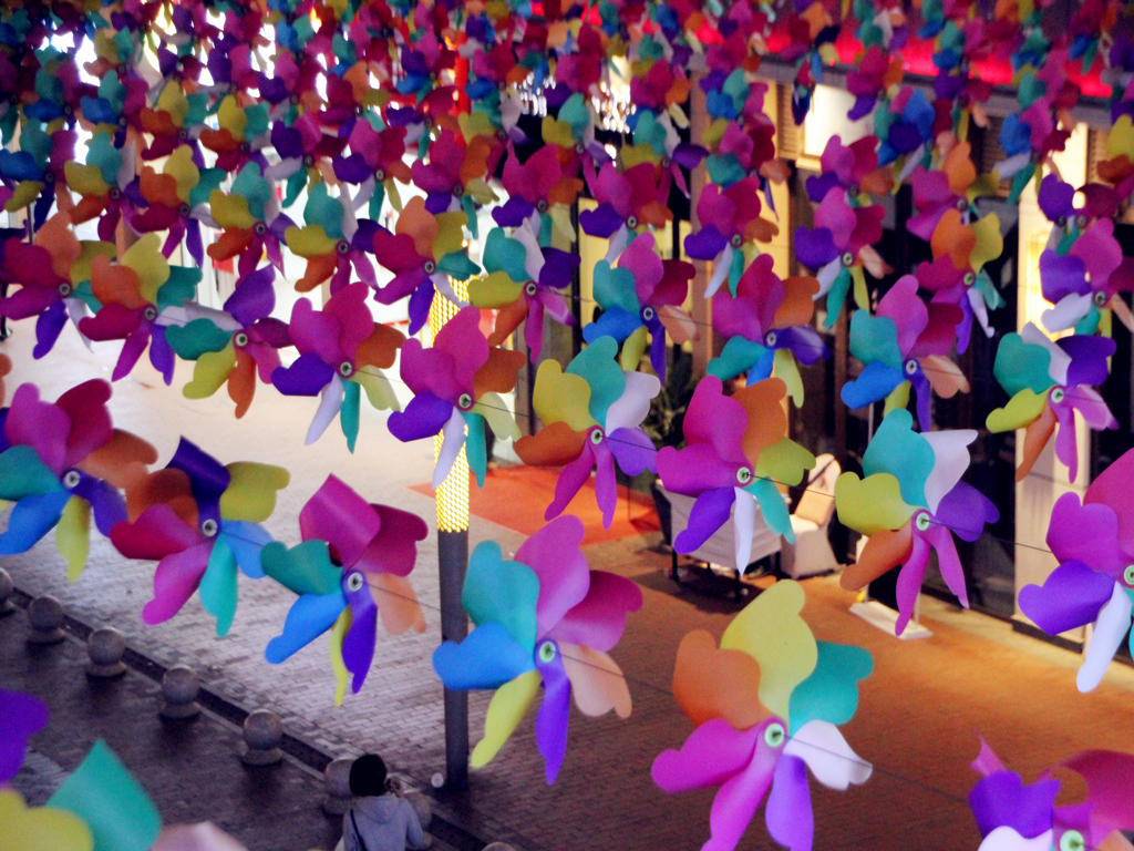 重庆一商场现10万个五彩小风车 营造出浪漫童话世界