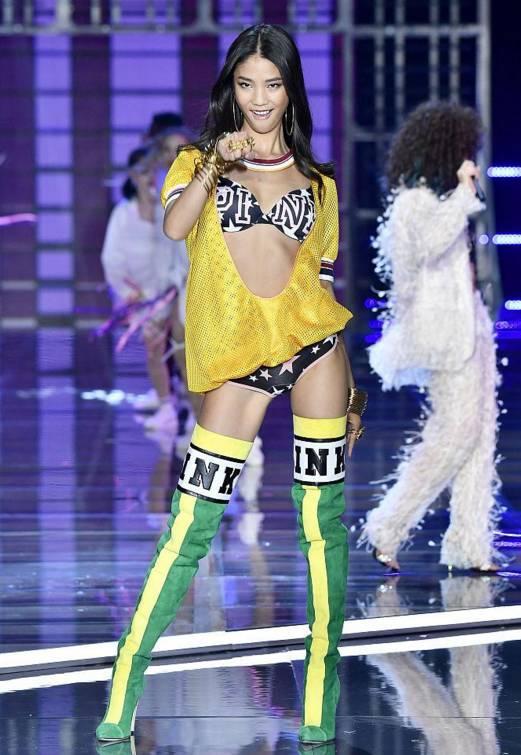 而刘雯是中国第一个走上维密秀的模特,准确的说是全亚洲第一个,当年