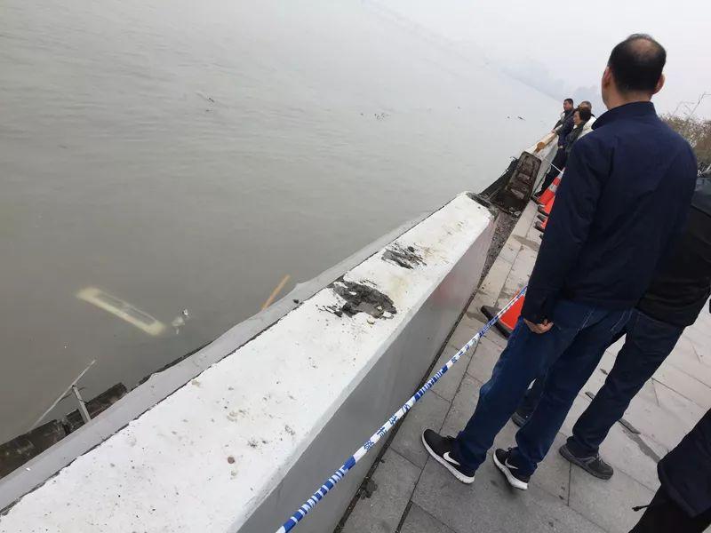 环卫夫妇被撞钱塘江
