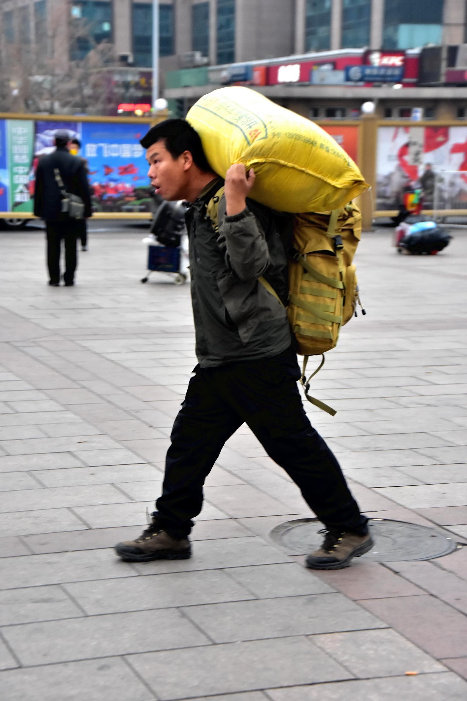 北京站迎来了农民工返乡潮