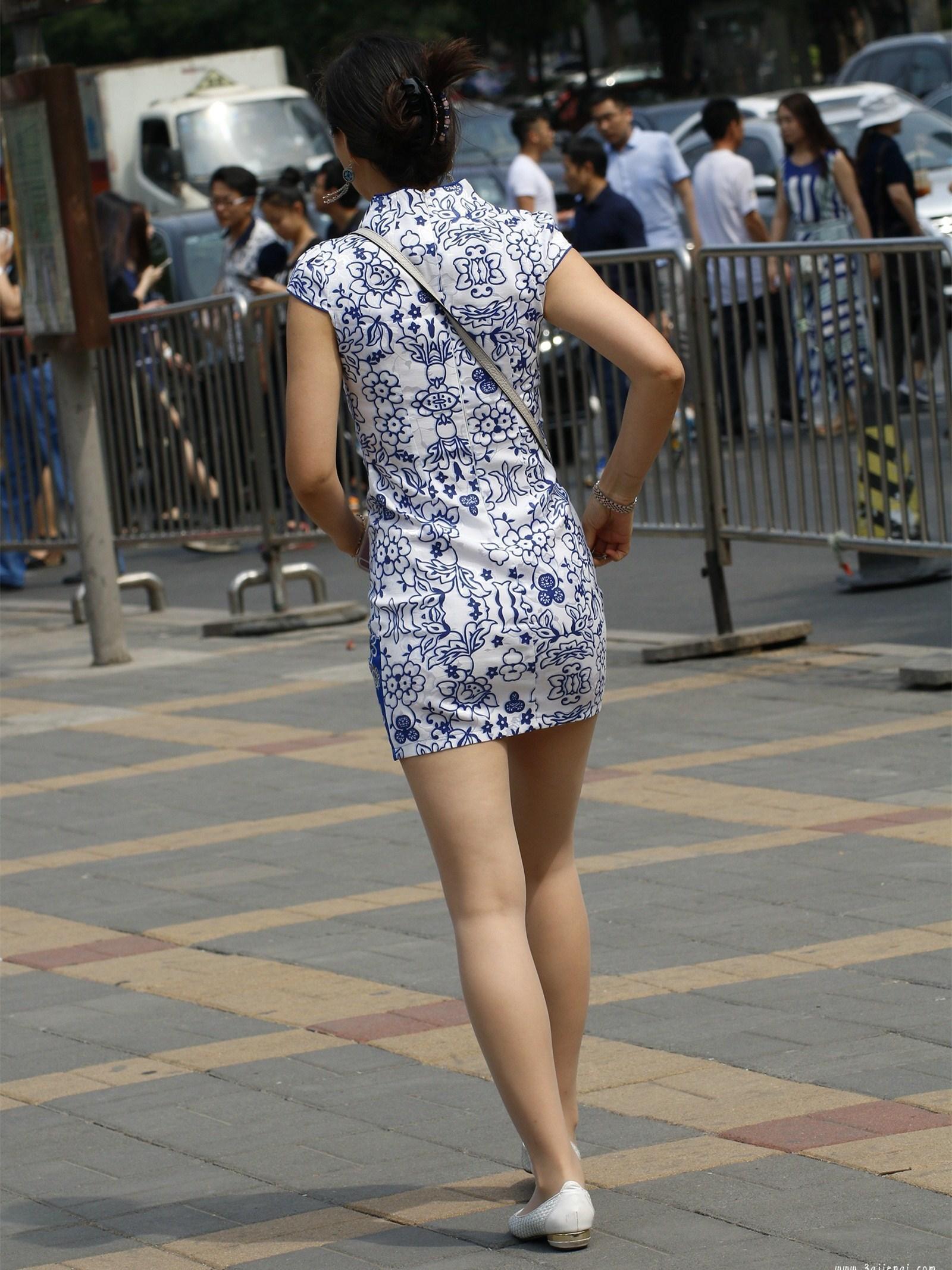 街拍,身穿蓝白花纹旗袍的美女,身材苗条背影迷人!