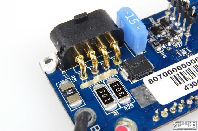 大电流座子直接焊接在电路板上,左侧为输出检流电阻,还有一颗大型