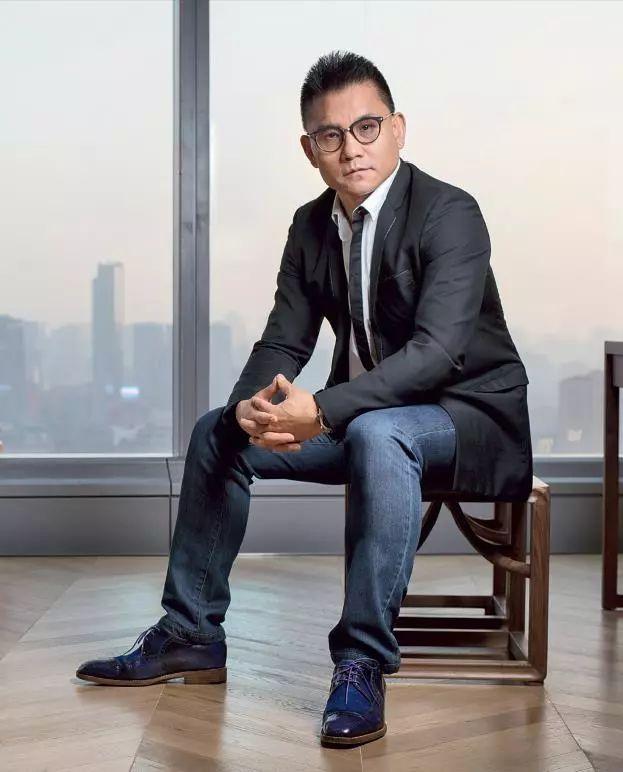 俞敏洪跟他借一瓶酒,他给了一箱;俞敏洪只想做几亿的小基金,他做成了上百亿
