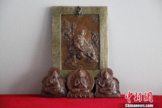 学员米玛制作的铜质唐卡受到各地游客欢迎。 孙翔 摄