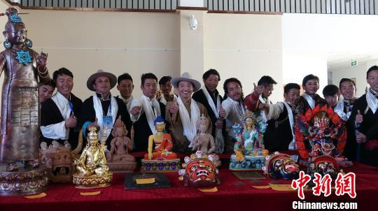 11月24日,西藏首期藏族传统雕塑传承人群普及培训班23名学员顺利结业。 孙翔 摄