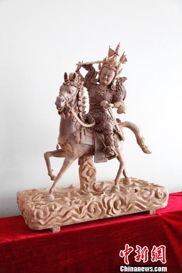 学员雕刻的格萨尔王泥塑。 孙翔 摄