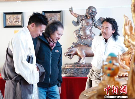 学员在交流雕塑技艺。 孙翔 摄
