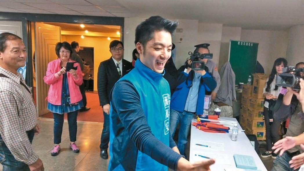 蒋万安参加国民党党庆高人气引起妇女志工骚动