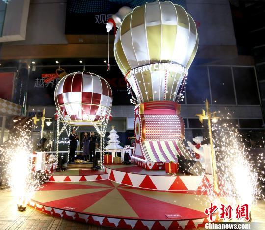 图为圣诞热气球。 钟欣 摄
