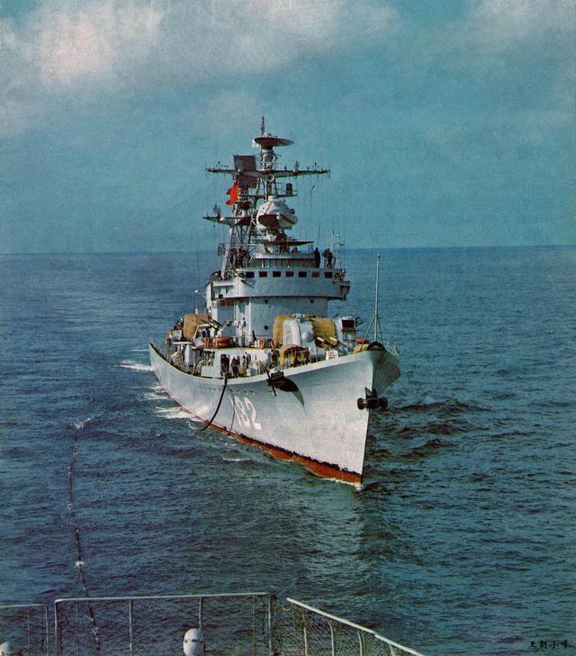 印度军舰追踪中国舰队,当得知我中将坐镇后立即站坡致敬