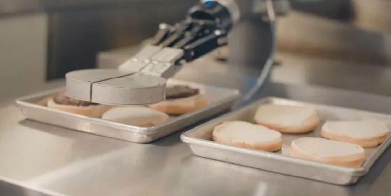 当机器人走进厨房,汉堡包、披萨饼、拿铁咖啡出炉啦