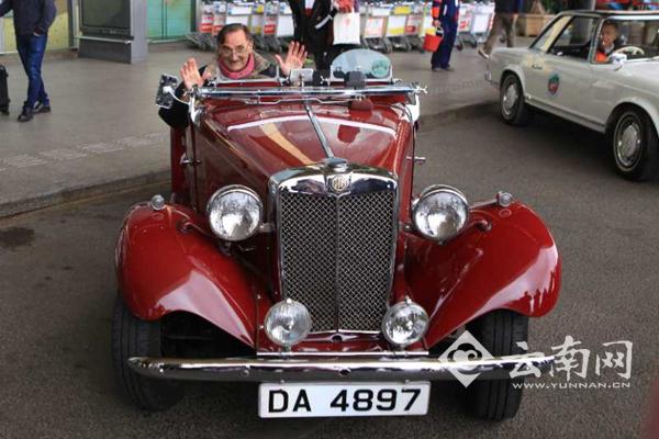 六合彩挂牌美女香车 香港10辆古董车展亮相昆明机场
