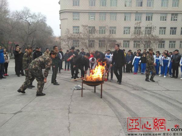 消防零距离 活动走进新疆农业大学 铁盆灭火学生过足 灭火瘾