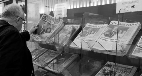 英国报纸头版均为哈里王子订婚消息。