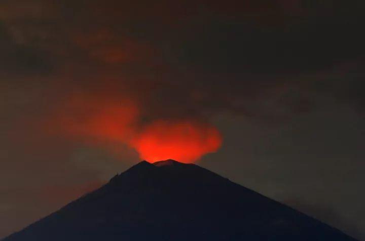 印尼巴厘岛火山喷发游客受困 民航局14架航班接中国游客回国