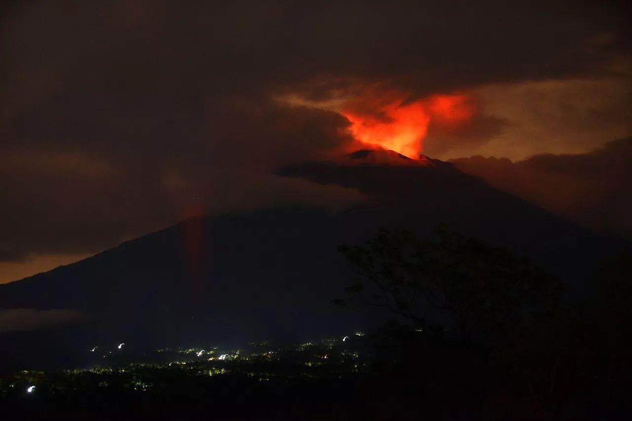 巴厘岛火山喷发游客受困 14架航班接中国游客回国