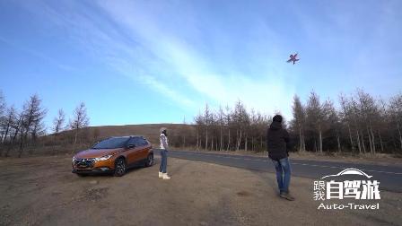 视频:农村小伙不顾危险在公路旁放风筝,风筝乱飞小伙看得乐开花