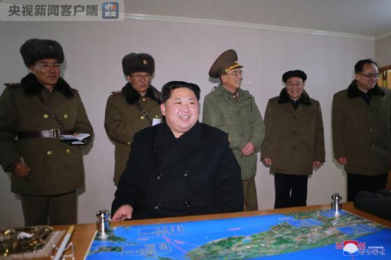 朝鲜公布新型火星-15洲际弹道导弹及发射现场画面