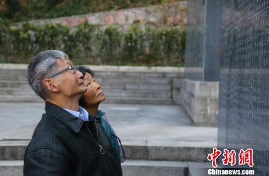 鲁照宁及家属在抗馆纪念碑前祭奠自己的亲人。 黄昱东 摄