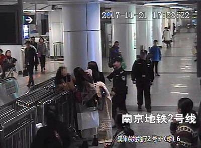 女乘客连踢孕妇3脚已被刑拘 - 点击图片进入下一页