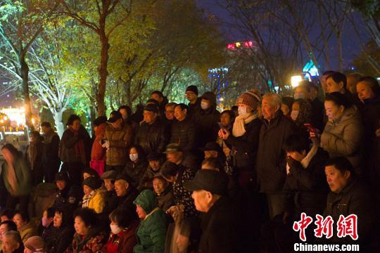 里运河畔淮剧表演吸引了民众前来。 泱波 摄