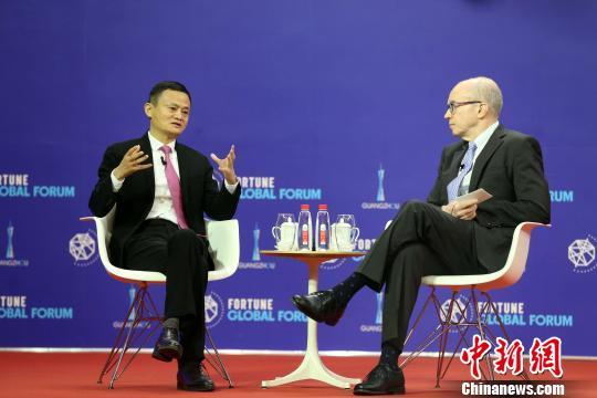 2017年《财富》全球论坛12月6日在广州开幕。图为马云与主持人进行专场对话。 许青青摄