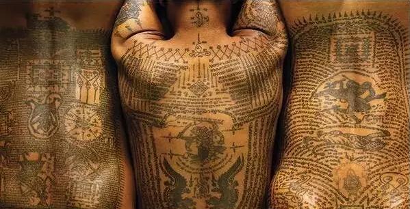 逐渐扩展到动物,神灵和神兽, 而纹身行为本身也变得 每年3 月, 曼谷图片