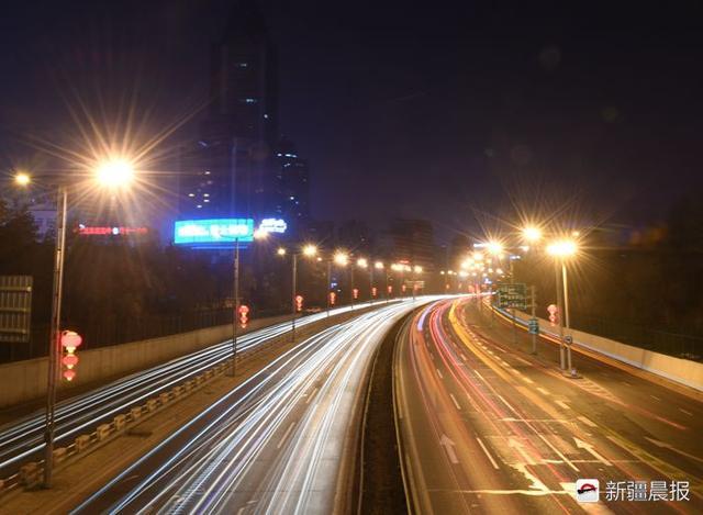 6日晚,从西大桥上拍摄河滩路,入夜的乌鲁木齐也散发着暖意