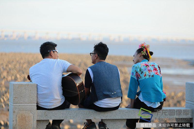 任贤齐、窦文涛、张星月在海边唱歌聊天