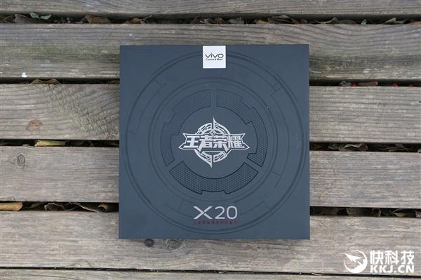 vivo X20《王者荣耀》限量版开箱图赏:美女上手