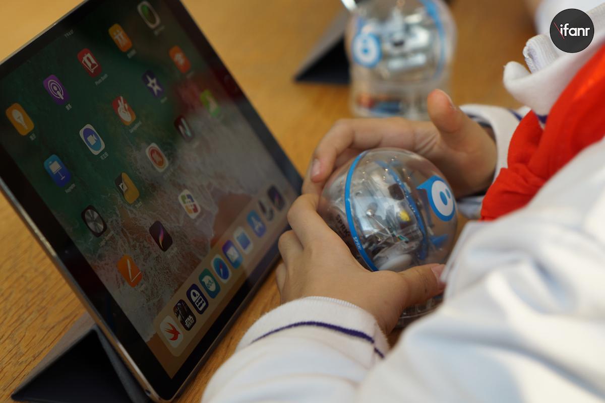 小学生在苹果店上编程课,课本是 ipad 和机器人