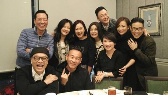 回忆杀!邓萃雯欧阳震华林保怡TVB老戏骨合影