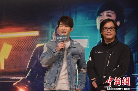 图为:导演彭顺、演员陈学冬亮相《巨额来电》提前点映会现场。 商泽阳 摄