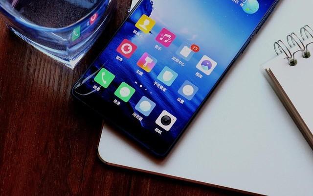 """由于无边框设计得到了延续,努比亚的全面屏手机看起来更加""""全面"""""""
