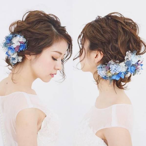 鲜花能塑造出浪漫,森系,甜美,复古等不同风格的新娘造型,传达专属女性