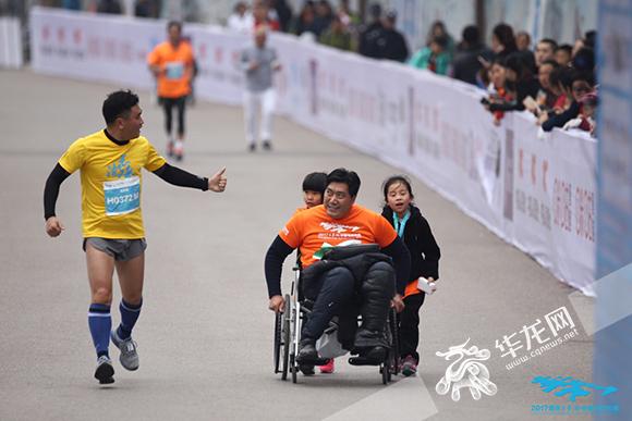 2017重庆长寿湖半马开赛 近4000跑友共享最美湖畔马拉松