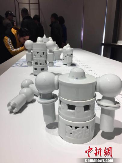 """10日起,""""OPEN WORK""""(""""开放作业"""")国际陶瓷艺术展在南京浦口区的南京W艺术空间举办。图为手臂可自由装卸的瓷器机器人。 朱晓颖 摄"""