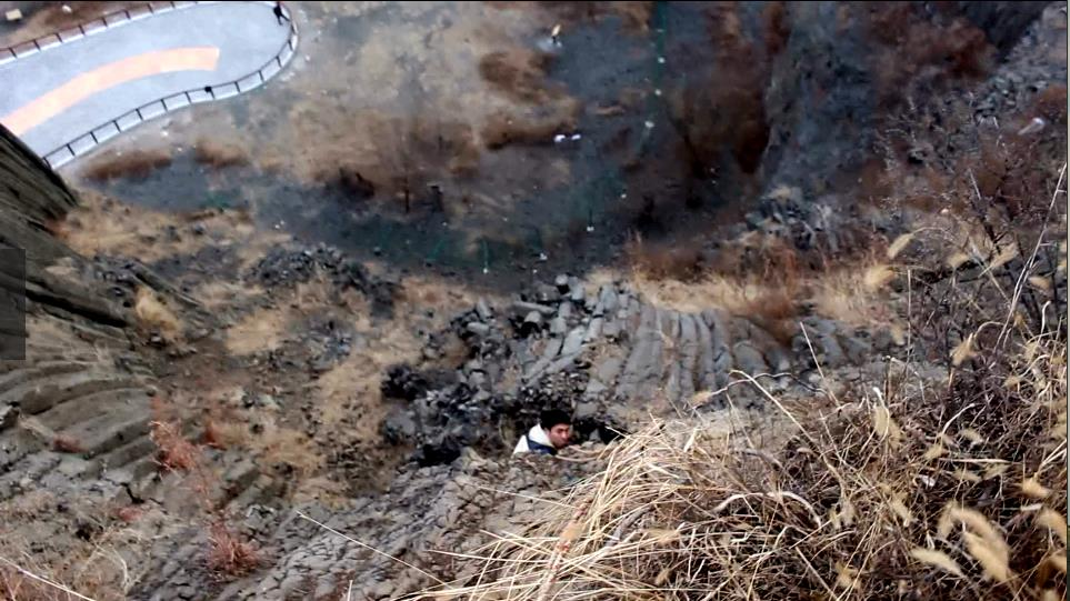 驴友攀火山口猎奇被困半山腰潍坊消防紧急救